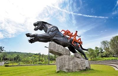 两江新区龙兴片区新建的龙湾森林公园中的濒危动物雕塑.